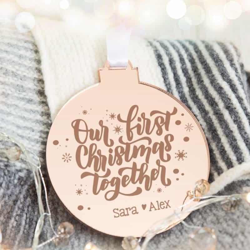 Weihnachtsbaum Schmuck, Baumschmuck, Ornament rosegold, personalisierte Weihnachtskugel, Weihnachtskugeln personalisiert, Weihnachtskugel mit Name, Baumschmuck personalisiert, Baumschmuck mit Name, Rosegold Christbaumschmuck, Weihnachtsschmuck Rosegold, Geschenkidee beste Freundin, Geschenkidee personalisiert, Geschenkidee Weihnachten, Geschenkidee Mama, Christbaum Dekoration, Weihnachtsbaum Dekoration, personalisiert schenken, Geschenk für Familie, personalisierte Familiengeschenke, Weihnachtskugel mit Name, Christbaumkugel mit Name, personalisierte Christbaumkugel, personalisierte Weihnachtskugel, Weihnachtskugel individualisiert, Christbaumkugel individualisiert, personalisiertes Geschenk, personalisiertes Geschenk Weihnachten, Weihnachtskugel aus Glas