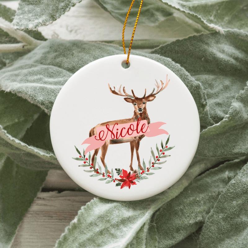 personalisiertes Weihnachtsornament Reh, Baumschmuck Weihnachten, personalisierte Geschenkidee Familie, Familiengeschenk Weihnachten, Weihnachtskugel mit Name, Weihnachtskugeln mit Name, Weihnachtskugel personalisiert, Geschenkidee Kinder, Geschenkidee Familie, Weihnachtskugel mit Name Österreich, Weihnachts Ornament Keramik, Weihnachtsschmuck Keramik, Baumbehang Reh, personalisierte Geschenkidee Weihnachten
